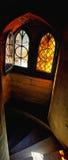 Γοτθικές λεκιασμένες αντανακλάσεις γυαλιού στα σκαλοπάτια Στοκ φωτογραφία με δικαίωμα ελεύθερης χρήσης
