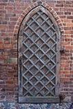 Γοτθική ξύλινη πόρτα σε μια εκκλησία Στοκ εικόνες με δικαίωμα ελεύθερης χρήσης