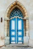 Γοτθική πόρτα σε μια μεσαιωνική πρόσοψη οικοδόμησης Στοκ φωτογραφία με δικαίωμα ελεύθερης χρήσης