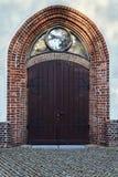 Γοτθική πύλη της μεσαιωνικής εκκλησίας Στοκ Εικόνες