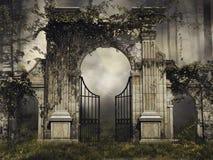 Γοτθική πύλη κήπων με τις αμπέλους ελεύθερη απεικόνιση δικαιώματος