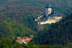 Γοτθικό βασιλικό κάστρο Karlstejn στο πράσινο δάσος κατά τη διάρκεια του φθινοπώρου, κεντρική Βοημία, Τσεχία, Ευρώπη Κρατική κάστ Στοκ Φωτογραφίες