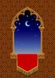 Γοτθικό διακοσμητικό παράθυρο με το κόκκινο έμβλημα και τον έναστρο νυχτερινό ουρανό επάνω Στοκ εικόνα με δικαίωμα ελεύθερης χρήσης