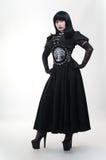 Γοτθικό κορίτσι βαμπίρ στο μαύρο φόρεμα Στοκ Φωτογραφία