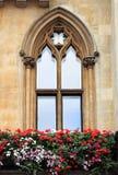 Γοτθικό παράθυρο με τα λουλούδια Στοκ φωτογραφίες με δικαίωμα ελεύθερης χρήσης