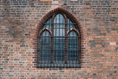 Γοτθικό παράθυρο - παλαιό εξωτερικό οικοδόμησης εκκλησιών Στοκ εικόνα με δικαίωμα ελεύθερης χρήσης
