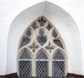 Γοτθικό παράθυρο στον άσπρο τοίχο εκκλησιών στο Ταλίν Στοκ φωτογραφία με δικαίωμα ελεύθερης χρήσης