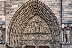 Γοτθικό ύφος καθεδρικών ναών της Παναγίας των Παρισίων αρχιτεκτονικές απεικονισμένες λεωφόρος αγορές γυαλιού δοκών λεπτομερειών Στοκ Εικόνες