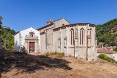Γοτθικό apse της εκκλησίας Santa Cruz με μια άποψη του μπαρόκ παρεκκλησιού και της πύλης Στοκ Εικόνα