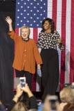 ΓΟΥΊΝΣΤΟΝ-ΣΆΛΕΜ, NC - 27 ΟΚΤΩΒΡΊΟΥ 2016: Ο δημοκρατικός προεδρικός υποψήφιος Χίλαρι Κλίντον και ΗΠΑ πρώτος κυρία Michelle Obama ε στοκ εικόνες