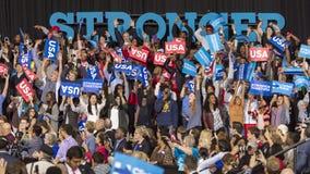 ΓΟΥΊΝΣΤΟΝ-ΣΆΛΕΜ, NC - 27 ΟΚΤΩΒΡΊΟΥ 2016: Υποστηρικτές του δημοκρατικού προεδρικού υποψηφίου Χίλαρι Κλίντον και ΗΠΑ πρώτος κυρία M Στοκ φωτογραφίες με δικαίωμα ελεύθερης χρήσης