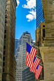 Γουώλ Στρητ, ο ήλιος φωτίζει τις 3 αμερικανικές σημαίες που συνδέονται  στοκ φωτογραφία με δικαίωμα ελεύθερης χρήσης