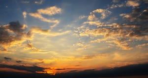 Γούνινα σύννεφα σε έναν μπλε ουρανό σε ένα όμορφο καλοκαίρι Στοκ φωτογραφία με δικαίωμα ελεύθερης χρήσης