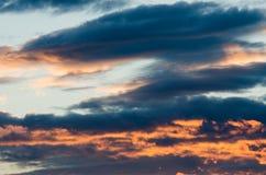 Γούνινα σύννεφα σε έναν μπλε ουρανό σε ένα όμορφο καλοκαίρι Στοκ Φωτογραφία
