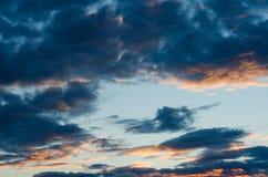 Γούνινα σύννεφα σε έναν μπλε ουρανό σε ένα όμορφο καλοκαίρι Στοκ εικόνα με δικαίωμα ελεύθερης χρήσης