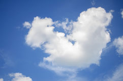 Γούνινα σύννεφα σε έναν μπλε ουρανό σε ένα όμορφο καλοκαίρι Στοκ εικόνες με δικαίωμα ελεύθερης χρήσης