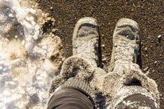 Γούνινες μπότες που καλύπτονται χειμερινές στο χιόνι στοκ φωτογραφίες με δικαίωμα ελεύθερης χρήσης