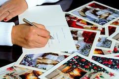 Γράφοντας κάρτες Χριστουγέννων Στοκ εικόνα με δικαίωμα ελεύθερης χρήσης