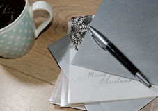 Γράφοντας κάρτες Χριστουγέννων Στοκ Εικόνες