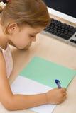 γράφοντας νεολαίες σημειωματάριων κοριτσιών Στοκ φωτογραφία με δικαίωμα ελεύθερης χρήσης