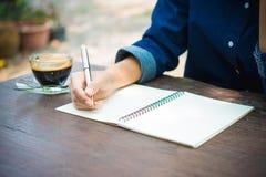 Γράψιμο γυναικών και βασικός καφές πινάκων Στοκ Εικόνα