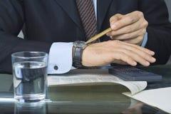 γράψιμο εγγράφων επιχειρηματιών Στοκ εικόνες με δικαίωμα ελεύθερης χρήσης
