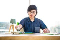 Γράψιμο επιχειρηματιών χαμόγελου hipster Στοκ Εικόνες