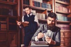 Γράψιμο και έννοια αμοιβών Συγγραφέας ή συντάκτης με το ακριβές πρόσωπο στοκ εικόνες