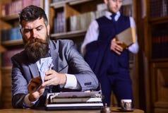 Γράψιμο και έννοια αμοιβών Το άτομο στο ντεμοντέ κοστούμι κρατά τα χρήματα στοκ φωτογραφία με δικαίωμα ελεύθερης χρήσης