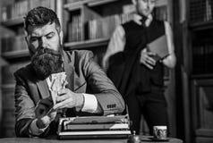 Γράψιμο και έννοια αμοιβών Το άτομο στο ντεμοντέ κοστούμι κρατά τα χρήματα στοκ εικόνες με δικαίωμα ελεύθερης χρήσης