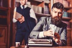Γράψιμο και έννοια αμοιβών Το άτομο στο ντεμοντέ κοστούμι κρατά τα χρήματα στοκ εικόνες
