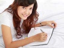 γράψιμο κοριτσιών βιβλίων Στοκ φωτογραφία με δικαίωμα ελεύθερης χρήσης