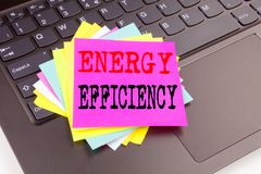Γράψιμο παρουσιάζοντας ενεργειακή αποδοτικότητα που γίνεται στο γραφείο με τη μάνδρα δεικτών lap-top περιχώρων Επιχειρησιακή έννο Στοκ εικόνα με δικαίωμα ελεύθερης χρήσης