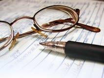 γράψιμο πεννών γυαλιών Στοκ φωτογραφία με δικαίωμα ελεύθερης χρήσης