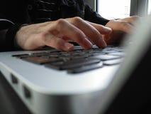 Γράψιμο σε έναν υπολογιστή Στοκ φωτογραφία με δικαίωμα ελεύθερης χρήσης
