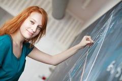 γράψιμο σπουδαστών πινάκων κιμωλίας Στοκ φωτογραφίες με δικαίωμα ελεύθερης χρήσης