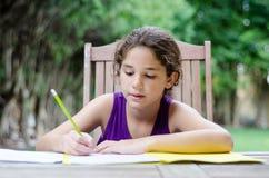 Γράψιμο στο φάκελλό της στοκ εικόνα με δικαίωμα ελεύθερης χρήσης