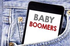 Γράψιμο του κειμένου που παρουσιάζει γενιές του baby boom Επιχειρησιακή έννοια για τη δημογραφική παραγωγή που γράφεται στο τηλεφ Στοκ Εικόνες
