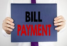 Γράψιμο του κειμένου που παρουσιάζει πληρωμή του Μπιλ Η επιχειρησιακή έννοια για την τιμολόγηση πληρώνει τις δαπάνες που γράφοντα στοκ εικόνα με δικαίωμα ελεύθερης χρήσης