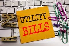Γράψιμο του κειμένου που παρουσιάζει χρησιμότητα Bill Επιχειρησιακή έννοια για την πληρωμή του Μπιλ χρημάτων που γράφεται σε κολλ Στοκ εικόνες με δικαίωμα ελεύθερης χρήσης