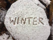 Γράψιμο του χειμώνα λέξης σε έναν φραγμό του ξύλου μετά από το πρώτο χιόνι, κινηματογράφηση σε πρώτο πλάνο Στοκ φωτογραφία με δικαίωμα ελεύθερης χρήσης