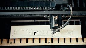 Γράψιμο χάραξης μηχανών στο ξύλο απόθεμα βίντεο