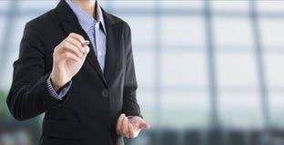 Γράψιμο χεριών επιχειρηματιών κενό στην εικονική οθόνη διάστημα αντιγράφων Στοκ φωτογραφία με δικαίωμα ελεύθερης χρήσης