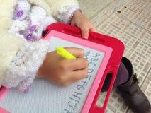 Γράψιμο χεριών παιδιού Στοκ Εικόνα
