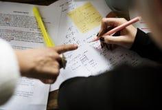 Γράψιμο χεριών που λειτουργεί στην εκπαίδευση μελέτης ανάθεσης φυσικής Στοκ Εικόνα