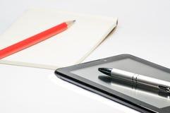Γράψτε κάτω σε χαρτί από το μολύβι και το νέο τρόπο στην ταμπλέτα Στοκ φωτογραφίες με δικαίωμα ελεύθερης χρήσης