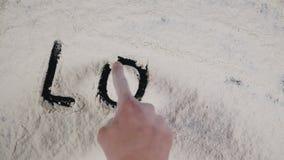 Γράψτε μια ΑΓΑΠΗ δάχτυλων σε ένα άσπρο υπόβαθρο αλευριού Τοπ άποψη 4K φιλμ μικρού μήκους