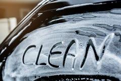 Γράψτε τη λέξη καθαρή στα πλυσίματα ανεμοφρακτών Στοκ Φωτογραφίες