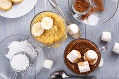 Γρήγορα κέικ κουπών μπανανών και σοκολάτας στοκ φωτογραφίες