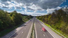 Γρήγορα κινούμενα οχήματα στον αγροτικό αυτοκινητόδρομο φιλμ μικρού μήκους